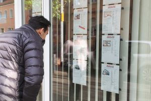 Immobilienbüro in Mainz-Kostheim, Exposé aushänge im Schaufenster